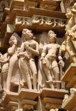 Sculture erotiche nel gruppo del tempio di Khajuraho di monumenti in India fotografia stock libera da diritti