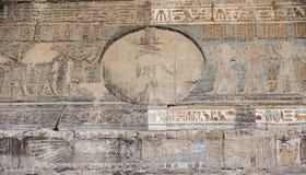 Sculture geroglifiche su una parete egiziana antica del tempio Immagini Stock Libere da Diritti