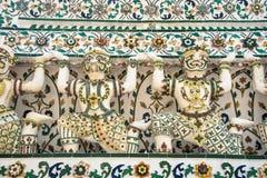 Sculture giganti bianche che sostengono una pagoda Immagini Stock