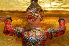 Sculture giganti rosa di Ramayana alla Tailandia nel tempio Immagine Stock