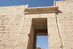 Sculture hieroglyphic egiziane su una parete del tempiale fotografie stock libere da diritti