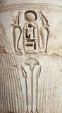 Sculture hieroglyphic egiziane su una parete del tempiale fotografia stock libera da diritti