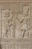 Sculture Hieroglyphic su una parete egiziana del tempiale immagini stock