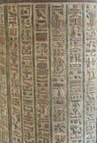 Sculture Hieroglyphic su una parete egiziana del tempiale fotografia stock libera da diritti