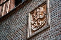 Sculture medievali sulla parete, costruzione decorata con le creature mitiche fotografia stock libera da diritti