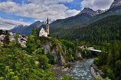 Scuol-Ansicht der Brücke und der Kirche Lizenzfreie Stockbilder