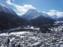 Scuol von den Himmeln - GraubÃ-¼ nden stockbilder