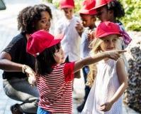 Scuola dei bambini e dell'insegnante che impara giardinaggio di ecologia fotografia stock libera da diritti