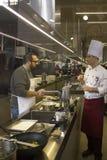 Scuola della cucina in Italia: la gente impara come fare la pasta casalinga Immagine Stock Libera da Diritti