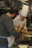 Scuola della cucina in Italia: la gente impara come fare la pasta casalinga Fotografia Stock