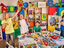 Scuola della rottura nella classe della pittura Piccola pittura dello studente nella classe di scuola di arte Fotografie Stock