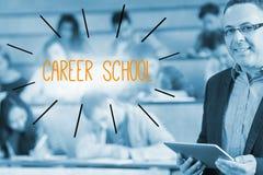Scuola di carriera contro il conferenziere che sta davanti alla sua classe nel corridoio di conferenza Immagini Stock