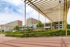 Scuola di Elementry con le grandi costruzioni di appartamento sul backgroun Fotografia Stock Libera da Diritti