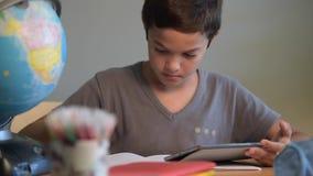 Scuola di istruzione dello studente del bambino che scrive scuola digitale stock footage