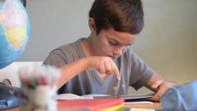 Scuola di istruzione dello studente del bambino che scrive scuola digitale archivi video