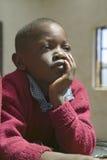 Scuola di Karimba con la fine su di giovane studente con un'espressione riflettente in nuova aula nel Kenya del nord, Africa Immagine Stock Libera da Diritti
