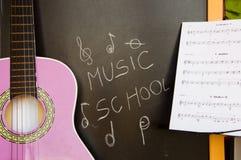 Scuola di musica della chitarra per i bambini Immagini Stock