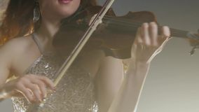 Scuola di musica, gioco femminile sullo strumento a corda e capelli delle onde archivi video