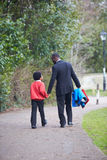 Scuola di Walking Son To del padre lungo il percorso Fotografia Stock