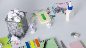 Scuola e articoli per ufficio su fondo bianco con lo spazio della copia Vista superiore fotografia stock libera da diritti