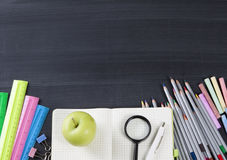 Scuola e articoli per ufficio sulla lavagna dell'aula Vista con il co Fotografia Stock Libera da Diritti