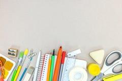 Scuola ed ufficio stazionari sulla tavola grigia Immagini Stock Libere da Diritti