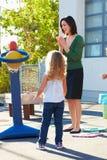 Scuola elementare di Supervising Breaktime At dell'insegnante Immagine Stock Libera da Diritti