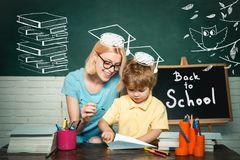 Scuola elementare - istruzione ed imparare concetto del bambino Istruzione ed imparare concetto della gente Piccolo pronto a stud fotografia stock libera da diritti