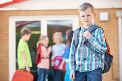Scuola esterna diritta del ragazzo con lo Zaino Fotografia Stock