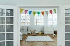 Scuola materna moderna con le bandiere decorate con il nome massimo Immagini Stock
