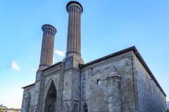 Scuola medievale del cifte di medresesi storico di minareli dalla parte anteriore in Erzurum fotografia stock libera da diritti