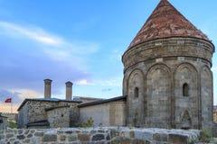 Scuola medievale del cifte di medresesi storico di minareli dalla parte posteriore in Erzurum fotografie stock