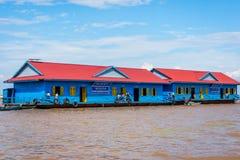 Scuola nel villaggio di galleggiamento della linfa di Tonle, Cambogia fotografia stock libera da diritti