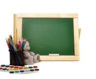 Scuola o articoli per ufficio con le pitture dell'acquerello della lavagna, matite colorate ed indicatori, isolati su fondo bianc Immagine Stock