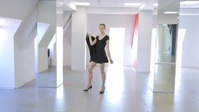 A scuola sperimentale la giovane donna sta camminando su e giù la presentazione del rivestimento stock footage