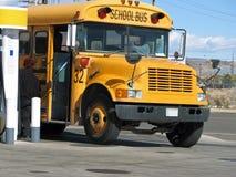 Scuolabus -2-12-09-010 di rifornimento di carburante Fotografia Stock