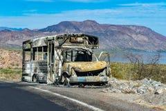 Scuolabus bruciato sulla strada di California Fotografia Stock
