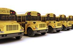Scuolabus con la cima bianca in una riga Fotografie Stock Libere da Diritti