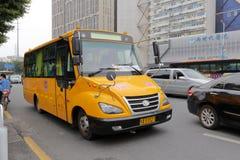 Scuolabus giallo che guida sulla strada Immagini Stock