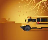 Scuolabus giallo in iarda di banco Immagine Stock Libera da Diritti