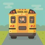 Scuolabus giallo sulla strada con tre bambini illustrazione di stock