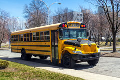 Scuolabus parcheggiato sulla via Immagine Stock Libera da Diritti