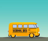 Scuolabus in strada Di nuovo alla priorità bassa di concetto del banco Fotografie Stock Libere da Diritti