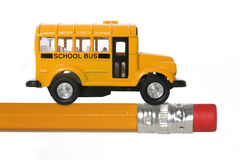 Scuolabus sulla matita fotografie stock libere da diritti