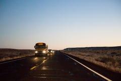 Scuolabus sulla strada principale Fotografia Stock Libera da Diritti