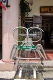 Scuplture d'acciaio del gufo fatto dalla parte della bicicletta che è posizionata ad arte della via a Georgetown, Penang immagine stock libera da diritti