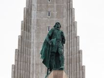 Scuplture de Leifur Eiriksson près de Hallgrimskirkja images libres de droits