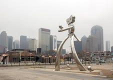 Scupture de aço inoxidável de viagem do homem, Ellum profundo, Dallas, Texas foto de stock