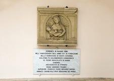 Scupture van de muurhulp van Madonna en Kind, Basiliekdi Santa Caterina D ` Alexandria, Galatina, Italië stock fotografie