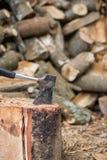 Scure e legna da ardere Immagini Stock